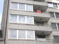 Nabij centrum, Esplanadeplein en station, appartement 5de verdiep met 2 slpks en terrassen voor en achter, Hall, ruime living, keuken met berging, bad