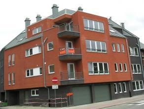 Recent appartement nabij het centrum en het station, op het 2e verdiep (met lift). Hall, ruime living, voll. ing. keuken met terras, badkamer met ligb