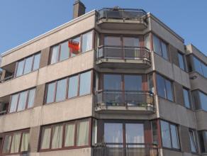 Nabij centrum en station, volledig vernieuwd en instapklaar appartement op derde verdiep (met lift) . Hall, ruime living (parket) met terras, ing. keu