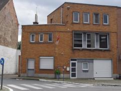 Perfect nieuw met duurzame materialen gerenoveerde HOB (bel-étage) met garage en terras. Op de benedenverdieping is er een zeer grote inkomhal,