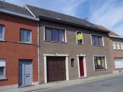 Deze grote en praktisch ingedeelde woning is gedeeltelijk gerenoveerd (overal nieuwe ramen). Het huis omvat: inkomhal met apart toilet, ruime woonkame