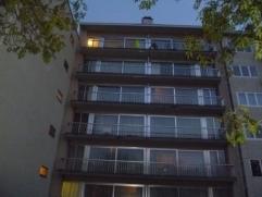 Dit ruim appartement op de 6de verdieping omvat : Inkom, ruime living,Toilet, badkamer met douchecabine en lavabo, keuken, 1 kleine en 1 grote slaapka