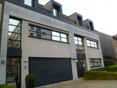 Recent triplex appartement 220 m² +21 m² zonneterras. Bestaande uit 1e verdieping: keuken, living, eetkamer, berging, wc, hal. 2e verdieping