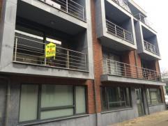 Nieuwbouwappartement in volle centrum van Aalst op 100m van de belangrijkste winkelstraten, gelegen op de 1e verdieping. Het appartement omvat: hall,