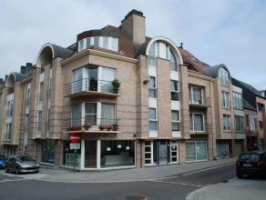 Ruim en comfortabel app. op het tweede verdiep met terras/balkon gelegen in het centrum van Aalst ! Omvat: inkomhal - living - eetplaats - ingerichte