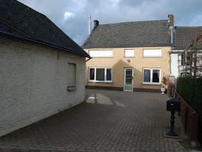 Rustig gelegen HOB met garage en tuin ! Bestaande uit: living - eetplaats - keuken - badkamer - berging. Op het eerste verdiep bevinden zich twee ruim