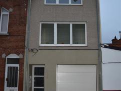 DUPLEX te HUUR in Aalst met 2 slaapkamers (+- 97 m²). De benedenverdieping bestaat uit inkomhal, living met open keuken (inductie kookplaat, damp