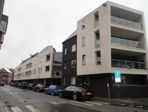 Aalst : Recent, gunstig gelegen en ruim duplex-appartement in centrum Aalst op 105m². Omvat: afgesloten gemeenschappelijke binnenkoer, inkomhall,