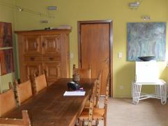 OPTIE! Te koop te Lebbeke: zeer degelijke en ruime woning! Licht op te frissen. Op de gelijkvloerse verdieping is er een ruime inkomhal, apart toilet,