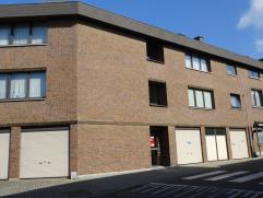 Modern 2 slaapkamer-appartement met garage E40 en station vlot bereikbaar Inkom met vestiaire, living/eetplaats ca. 30 m2, moderne keuken, badkamer