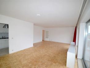Gelegen in een rustige buurt, schitterend appartement van +/- 100 m² volledig gerenoveerd met een grote inkomhal, een ruime en lichte woonkamer v