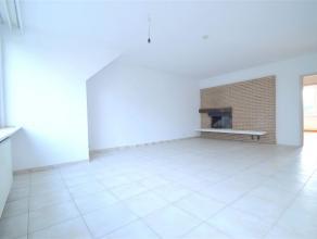 Au dernier étage d'un petit immeuble de 3 niveaux dans une rue calme et verdoyante, lumineux appartement de +/- 86 m² comprenant hall d'en