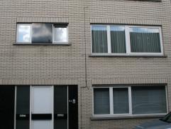 Gezellig appartement gelegen op de de verdieping. Omvat inkom, ruime living en keuken, 2 bergruimtes, 2 slaapkamers, badkamer, afz. toilet en garage.