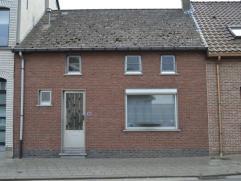 Deze woning omvat op het gelijkvloers : || ruime inkomhal met apart toilette, living met haard op gas en eetruimte, ingerichte keuken, terras met zich