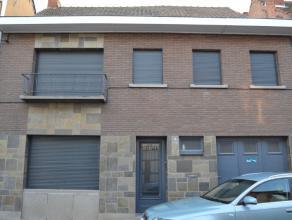 Deze ruime woning omvat op het gelijkvloers : || inkomhal met apart toilet, living, voorkamer en eetplaats, keuken, garage, grote tuin met ruim terras