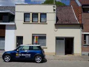 Degelijke woning gelegen in het rustige gedeelte van Lede dichtbij winkels.Deze woning omvat op het gelijkvloers:inkomhal, wc, ruime living met eetpla