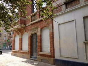 Au premier ÃÂtage d'un bel immeuble des annÃÂes '30, charmant appartement 1 ch, lumineux, prÃÂsente un living (