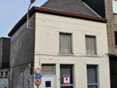 PROJECTGROND OF RENOVATIEWONING OP 70M2. Deze af te breken of grondig te renoveren woning ligt op de hoek van de Oude Steenweg een Lorreinestraatje. O