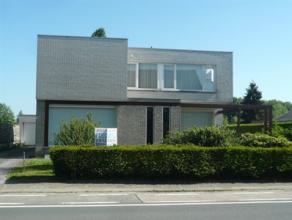 Prachtige luxueus ingerichte villa te koop met garage. Bouwjaar 1970. Gelijkvloerseverdieping: zeer ruime woonkamer, grote ingerichte keuken, 2 bergin