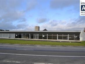 Groot (+/- 700m²) en goed gelegen polyvalent gebouw. Ideaal voor kantoren of industrie ondersteunende activiteiten. Mooie grote ruimte met veel l