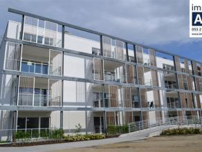 Appartement nouvelle construction avec hall d'entrée avec des armoires encastrées; living; cuisine équipée de plaque de cu