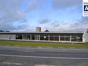 Groot (+/- 550m²) en goed gelegen polyvalent gebouw. Ideaal voor kantoren of industrie ondersteunende activiteiten. Mooie grote ruimte met veel l