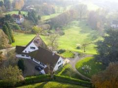 Klassieke Villa gelegen op de heuvels rond Ronse. Tijdloze inrichting met o.a. vier kamers telkens met eigen badkamer, ruime leefruimtes , alle comfor
