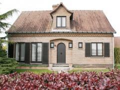 Mooie villa te Ronse op 7a 75 ca met inkomhal, living/salon, bibliotheek, ingerichte keuken, bureau en WC 3 slaapkamers, nachthal, badkamer, kelder, w