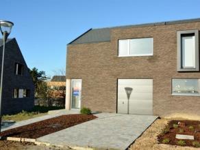 Très belle maison neuve dans le Stadstuin avec hall, wc, living, cuisine équipée. 3 chambres, salle de bains, grenier. Garage, ja