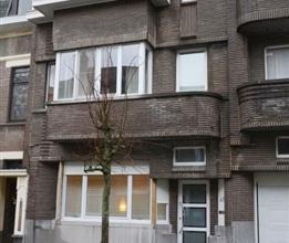 Art-déco woning met drie kamers en tuin - Indeling: inkomhal, living-salon, ingerichte keuken, veranda, terras, tuin. 2 kamers en badkamer op d