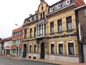 Prachtig herenhuis van bijna 600 bewoonbare m² is gelegen nabij het stadscentrum van Ronse. Indeling: ruime inkomhal, bureau, grote living, eetka