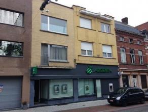 Opbrengsteigendom in het centrum van Ronse bestaande uit een commercieel gelijkvloers en 3 appartementen. Het geheel is verhuurd en genereert een goed