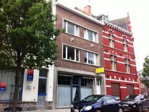 Op te frissen opbrengsteigendom in het stadscentrum, tegenover de Sint-Martinuskerk; GLV met Hall, vroeger magazijn, living, keuken, slaapkamer, badka