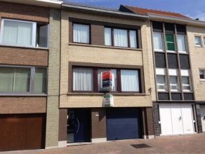Bel-etage op een boogscheut van het centrum van Ronse met inkomhal, vestiaire, garage, living, salon, ingerichte keuken, WC, 3 slaapkamers, badkamer (