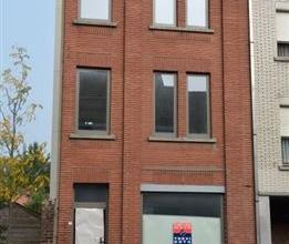 Half-open bebouwing op wandelafstand van het centrum van Oudenaarde. Volledig gerenoveerd en omvat: gelijkvloers: inkomhal, ruimte geschikt voor burea