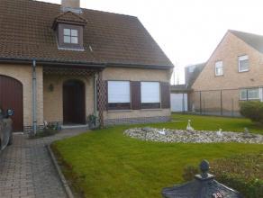 Agréable villa avec jardin non loin du centre, comprenant: grand living, cuisine équipée, 3 chambres, salle de bain, garage, jard