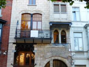 Origineel nieuw gerenoveerd Art Nouveau herenhuis met op het gelijkvloers: inkomhal, kantoorruimtes, uitbouw terras en buitenberging. Eerste verdiepin