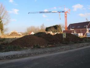 Lot nr 1, deel uitmakend van de verkaveling aan de Kroonstraat nr 23 is geschikt voor het bouwen van een ruime half open bebouwing. De grond heeft een