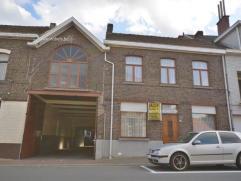 Vlot bereikbare handelswoning aan het station van Eine. Op een grondoppervlakte van 968m². Omvat privéwoning met grote garage of loods (23