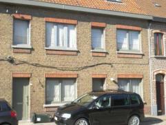 Mooi gerenoveerde en ruime gezinswoning gelegen nabij centrum van Oudenaarde! Omvat; inkom, woonkamer, ingerichte keuken, badkamer, afzonderlijk toile
