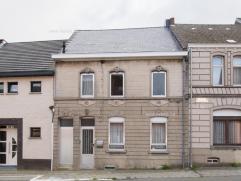 Nabij centrum Brakel bevindt zich deze deels gerenoveerde woning met garage en tuin. Indeling: inkom, salon, eetplaats, splinternieuwe open keuken met