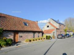 Gezellig ingerichte woning met aangelegd terras in bankirai die uitgeeft op groen en gelegen is in het gekende dorpje Mullem, vlakbij N60, tussen Gent
