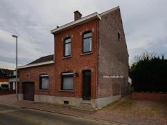Dit woonhuis met aanhorigheden treffen we te Schendelbeke op een totale grondoppervlakte van 860m². Indeling: inkomhall, woonk, leefkkn, veranda,
