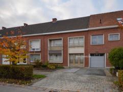 Deze 2-gevelwoning nabij centrum Oudenaarde staat op een totale grondoppervlakte van ongeveer 4 are. Woning omvat: inkom/garage, woonkamer, leefruimte