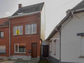 In een rustige straat te Brakel treffen we deze 3-gevelwoning aan op een totale grondopp van 416 m². Het huis omvat: inkom, voorplaats, woonkamer
