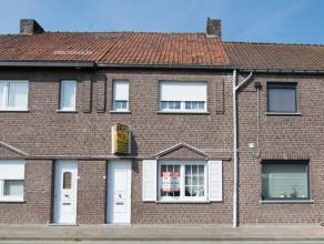 Rustig gelegen en nabij centrum Zingem vinden we deze te renoveren tweegevelwoning met tuin en garage. De woning is ook achteraan bereikbaar via een p