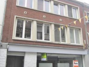 Dit duplex appartement is gelegen in de Broodstraat te Oudenaarde, op wandelafstand van de winkels. Bestaande uit inkom, traphal, leefruimte, eetruimt