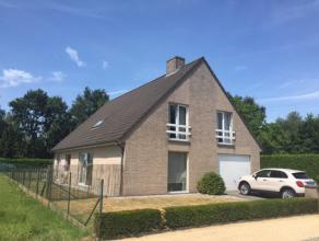 villa (Bj 1997) rustig gelegen in residentiële omgeving - nabij E17. Gelijkvloers : inkom, toilet, living (40 m2) met cassette, ruime ingerichte