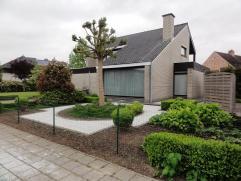 Ruime en veelzijdige villa in klassiek-moderne stijl, op een perceel van 988 m². Gelegen in een rustige doch vlot bereikbare straat, waar het aan