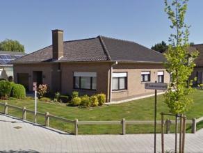 Vrijstaande woning met tuin en garage. Deze woonst omvat een inkom met toilet, woon- en eetkamer, keuken, berging/wasplaats welke uitgeeft op de garag